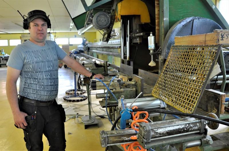 Tuoreimpana investointina Tuomo Okkonen hankki konkurssipesästä hirsityöstölinjan, joka mahdollistaa jopa 12 metriä pitkien hirsien työstäminen.