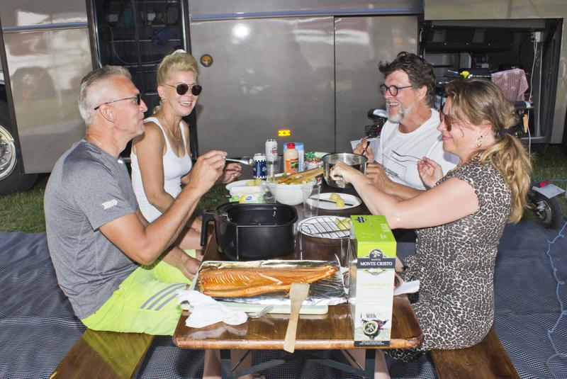 Juha ja Anne Hintzell sekä Olavi ja Sari Ohukainen laittoivat perjantaina pöydän koreaksi.