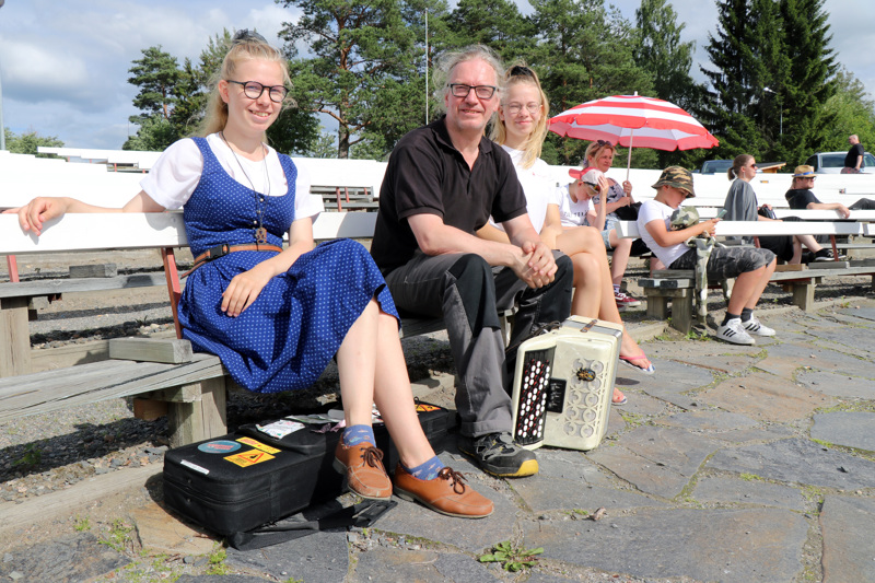 Helsinkiläiset Karoliina, Jaakko ja Henriikka Sainio eivät malttaneet pysyä Kaustiselta pois, vaikka virallinen festariohjelma olikin tänä vuonna verkossa.
