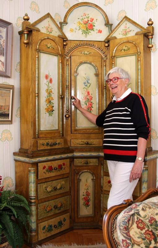 Vanha Björkön kulmakaappi on yksi kodin aarteista.