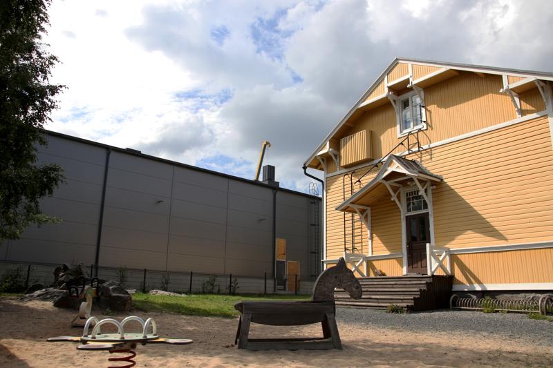 Ihmisiä harmittaa esimerkiksi se, että kontrasti viereiseen Keltaviirin päiväkodin rakennukseen on melko hurja.