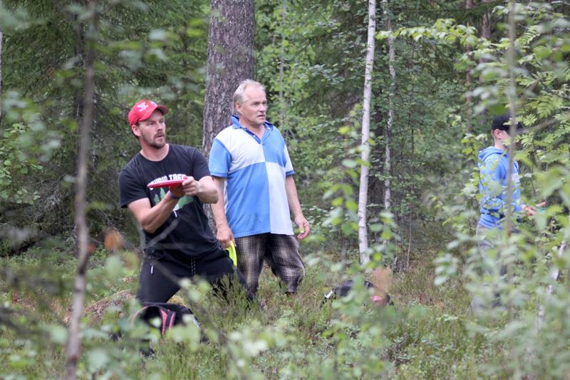 Perholainen Veli-Matti Lampela ja kortesjärveläinen Pentti Pitkäranta osallistuivat frisbeegolffareiden viikkokisaan.