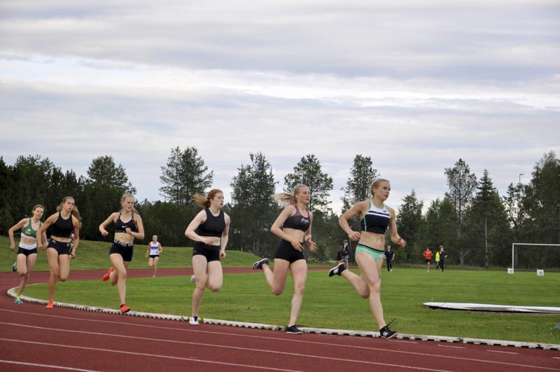 Jänistä ei tarvittu, sillä naisten 800 metrin juoksussa naiset pitivät itse loistovauhtia.