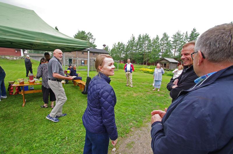 Katri Kulmuni tapasi kansaa Nivalassa Katvalan talonpoikaismuseolla, tässä kansanedustaja Juha Pylväs ja kaupunginvaltuuston puheenjohtaja Jarmo Vuolteenaho.