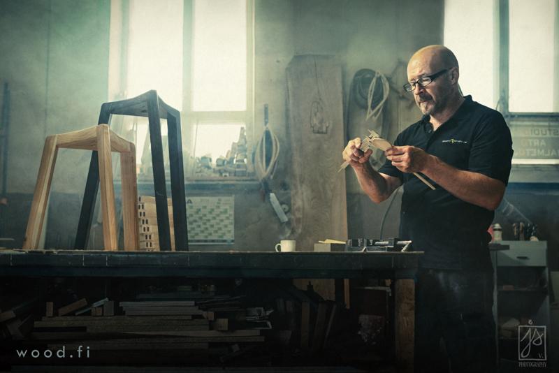 Puusepän käsissä syntyy huomisen taidetta. Studiossaan Arto Halmetoja suunnittelee kolmijalkaista tuoliaan nyt Taiken taideapurahan turvin.