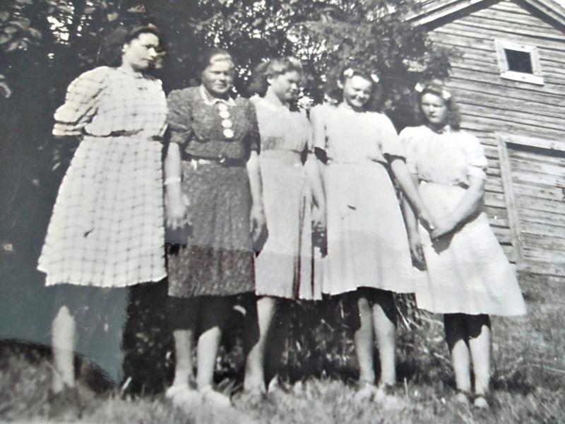 Tietääkö kukaan keitä ja missä ovat Elsi Pirttimaan (myöhemmin Halmetoja) seurassa tässä vanhassa kuvassa olevat neitoset, kyselee Liisa Helatie, Elsin tytär.  Elsi on kuvassa toinen oikealta. Tiedot voi ilmoittaa Haapavesi-lehden toimitukseen.