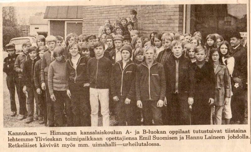 Juha Mottinen lähetti toimitukseen lehtileikkeen todennäköisesti Keskipohjanmaasta. Mottinen itse on pitkä vaalea poika kuudentena vasemmalta. Kansalaiskoulun seitsemäsluokkalaiset kävivät Ylivieskassa vuonna 1971.