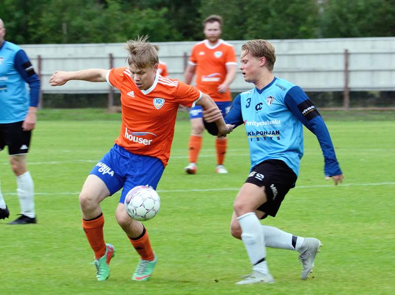 Juhana Lauri taistelee pallosta vastustajan kanssa.