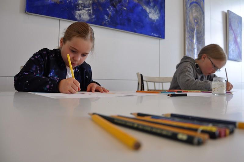 Elli Syrjälä ja Anna Leponiemi piirtävät keskittyneesti Vetelin Taidekartanon taideleirillä.