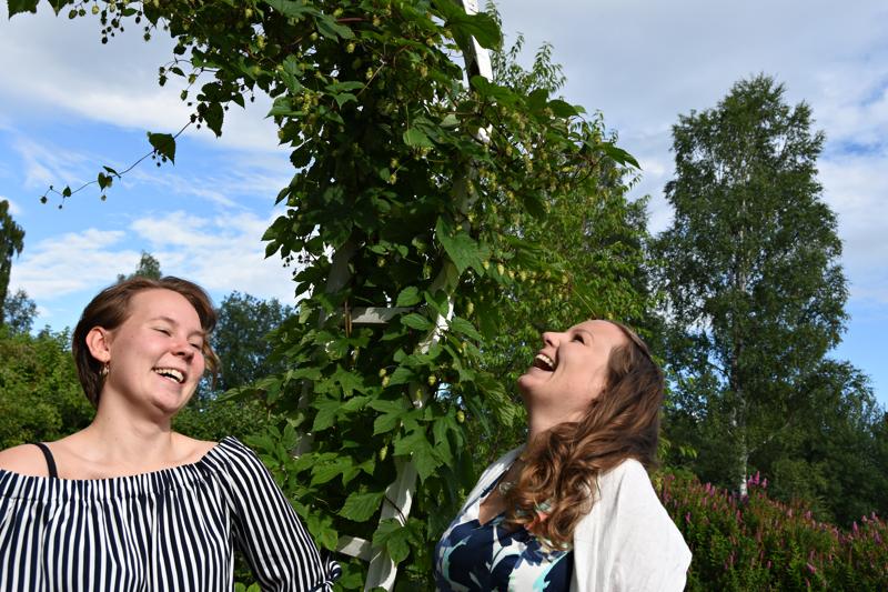 Ihania naisia ihanassa Paakkilan puutarhassa: Lilja-Maria Karsikas ja Sanna Pirttisalo valmistautuvat illan musiikkiesitykseen. Väitteet etukäteisjännityksestä uskoo ken tahtoo.