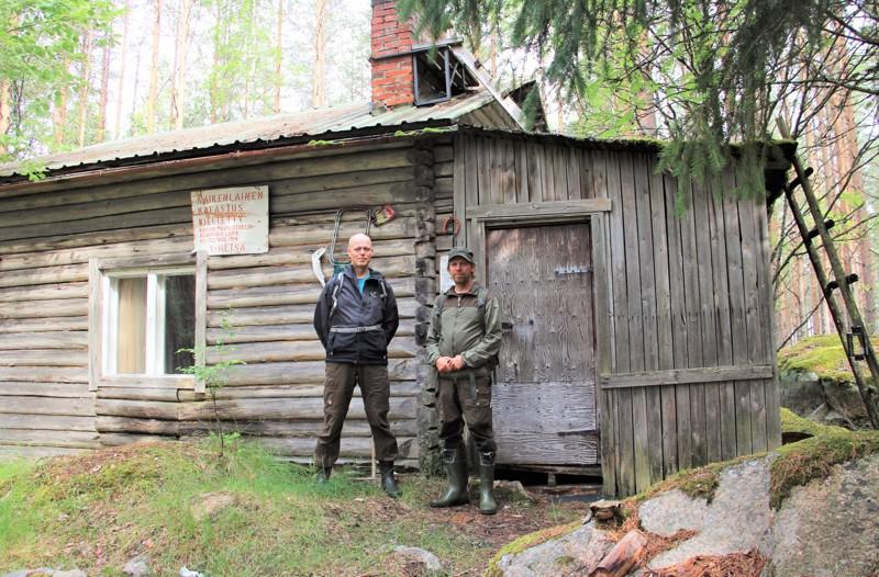Jouko Hirvasaho (vas.) ja Hannu Virtanen ovat helpottuneita, että Metsähallitus myöntyi vuokraamaan kämpän Maaselän Ladulle.