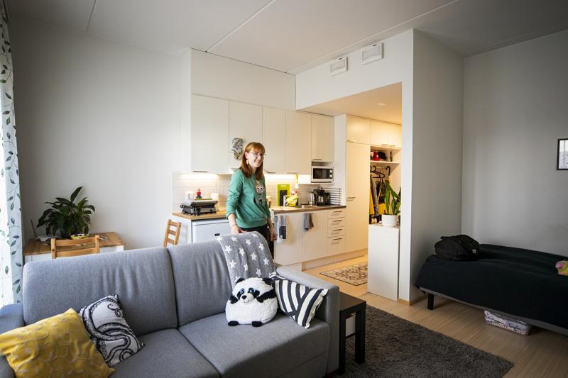 Annastiina Lääverin asunnon sisustus on kehittynyt vuosien varrella. Lempipaikkani täällä on sohva. Siitä näkee ovelle, siinä voi paistatella päivää ja katsoa televisiota.