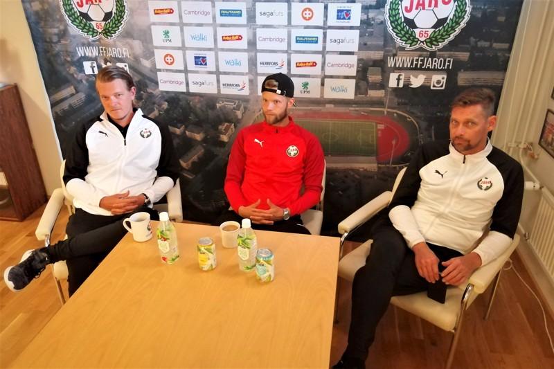 Valmentaja Jonas Portin, maalivahti Emil Öhberg ja päävalmentaja Niklas Käcko olivat olivat MyPa-ottelun ennakkolehdistötilaisuudessa välillä näin vakavia miehiä.