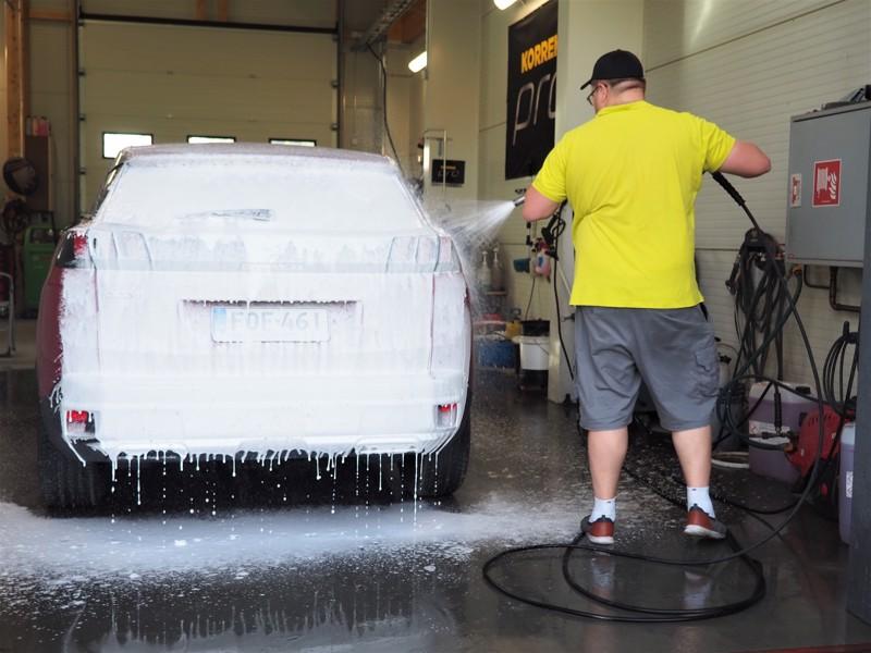 1. Pintakäsittely alkaa auton perusteellisesta ulkopesusta. Mitä vanhempi, likaisempi ja maalipinnaltaan kuluneempi auto on, sitä huolellisemmin se on puhdistettava ja sitä enemmän työtä maalipinnan suojakäsittely esitöineen vaatii.