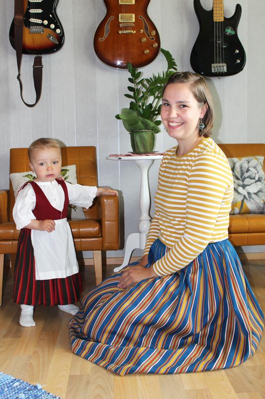 Kansallispukuja löytyy myös pienille tytöille ja pojille. Yksivuotiaalla Hilmalla on yllään Pyhäjokiseudun puku, Annika-äidillä Peräpohjolan kansallispuvun hame.