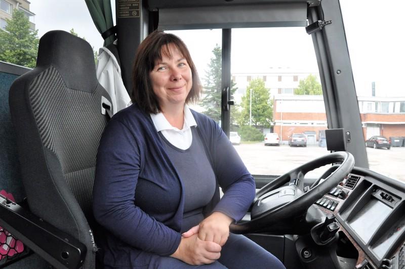 Kirsi Aho viihtyy linja-auton ratin takana. – Nyt uskaltaa jälleen matkustaa bussillakin, kun vain muistamme turvavälit ja hygienian.