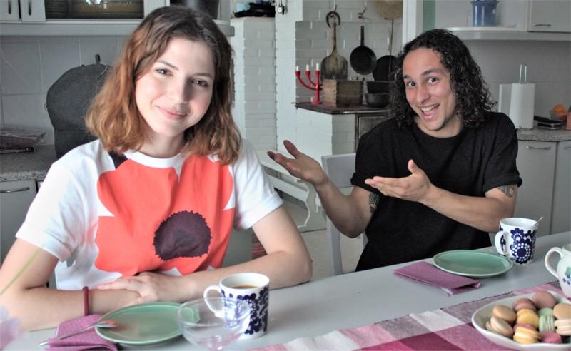 Beyza Gelget ja Angel Munoz Villa ovat tyytyväisiä vapaaehtoisia. Puolen vuoden aikana ehtii tutustua maahan ja ihmisiin. Kuvassa nuoret kahvipöydässä Sirpa Lassilan kotona.