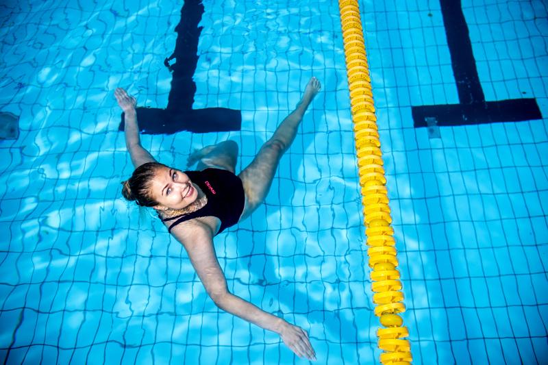 Kokkolalainen uimari Milja Lahtinen kertoo treeniin sisältyvän kuivalla tehtäviä oheisharjoitteita, varsinainen allasosio sekä usein harjoituksen jälkeen tehdään vielä lihaskuntoa.