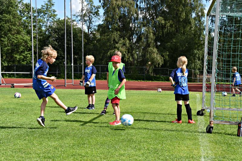 FC Folkin jalkapallokoulussa harjoitellaan jo pelitilanteita. Tänä vuonna ryhmän pienuuden vuoksi pelataan sekajoukkueilla. Se oli kaikkien lasten mielestä ihan jees.