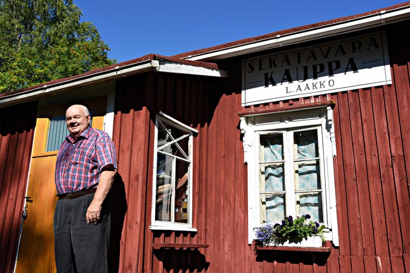 Jouko Aakko museokauppansa portailla. Kaupan kyltin on tehnyt entisen, jo rikkoutuneen vanhan pohjalta ranskalainen vanki.