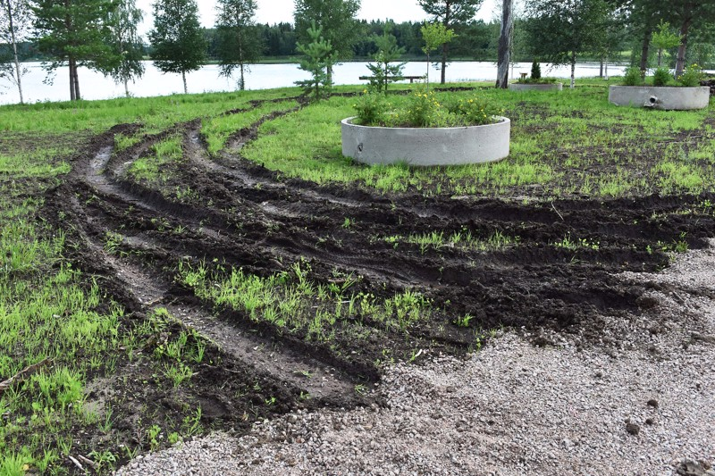 Kylpyläsaaren itäpuolen tontin nurmikenttä sudittiin pilalle sunnuntain vastaisena yönä. Juuri kunnostettua tonttia on käyty turmelemassa autolla tälle kesää jo pari kertaa aiemminkin.