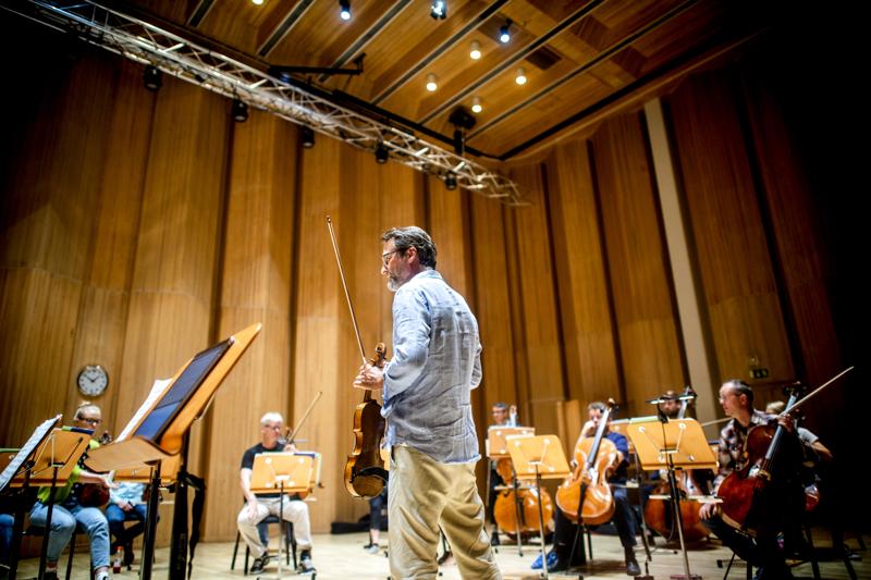Tuttu mies ja tuttu orkesteri. Jan Söderblom liidaa Keski-Pohjanmaan Kamariorkesterin konsertin.