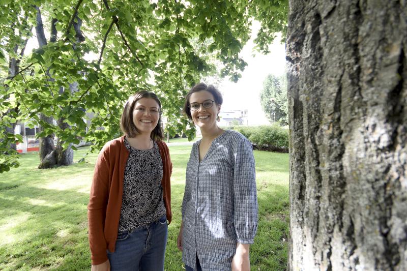 Hanna (vas.) ja Saana Parviainen ovat molemmat viulisteja. Hanna kuvailee olevansa rauhallisempi, kun taas Saana on nopeampi käänteissään.