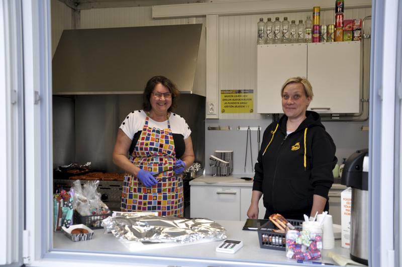 Mitä saisi olla? Pesäpallopelissä kioskilla palvelevat Minna Vesisenaho (vas.) ja Elina Itäniemi.