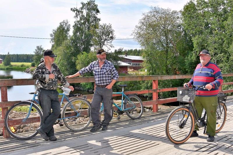 Hyvä juttu. Tomujoen asukkaat Jouni Tapio, Raimo Harju ja Aulis Vuotila toivovat, että Tomujoessa pääsee nyt kala kulkemaan..