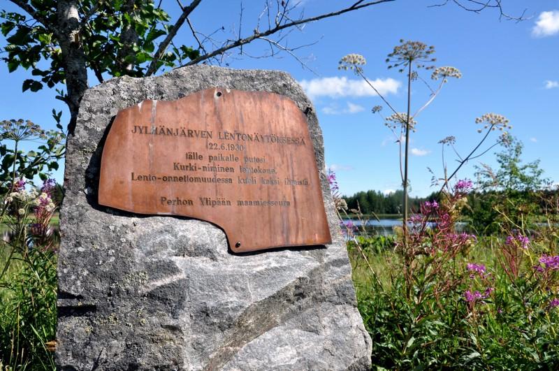 Muistokivi Jylhänjärven rannalla kunnioittaa lento-onnettomuuden kahta uhria.