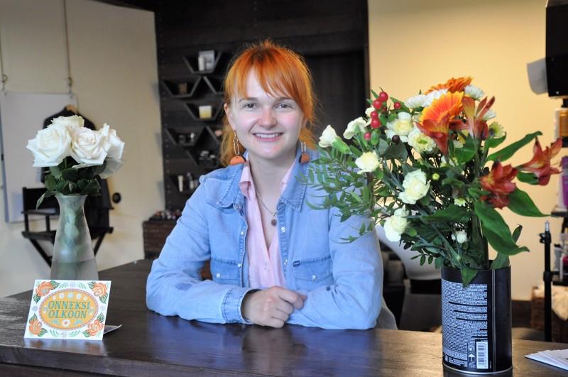 Olga Tervonen suosittelee käyttämään erityisesti nyt poikkeustilan aikana paikallisten yrittäjien palveluja ja tuotteita. Itsellään hänellä on korvissaan kokkolalaisen taidekäsityöläisen Marianne Uusitalon nahkakorvakorut.