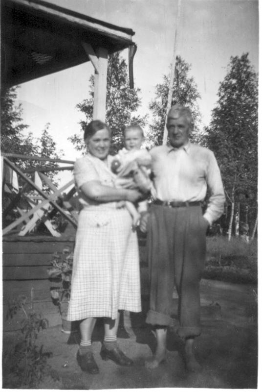 """Nuori perhe """"Kahvimyllyn"""" edustalla 1930-luvun alussa. Vasemmalta: Alice, Kerstin ja Herman Slotte."""