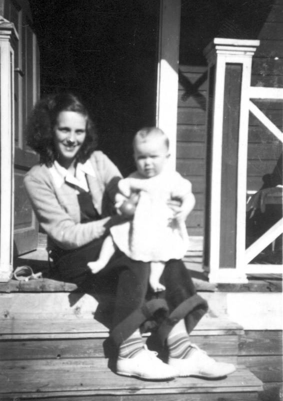 Kerstin ja Christel (Kitte) Kotka Morsiussaarentie 1:n portailla vuonna 1951.