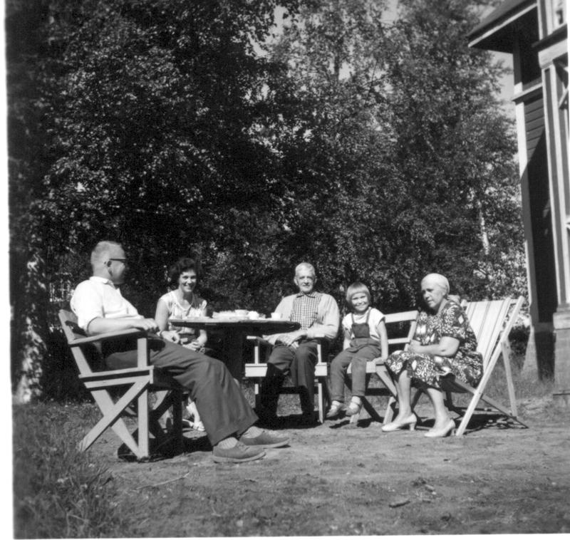 Kesäpäivänä 1960-luvun alussa Morsiussaarentie 1:ssä Vas: John Kotka, Kerstin Kotka, Herman Slotte, Angela Kotka ja Alice Slotte.