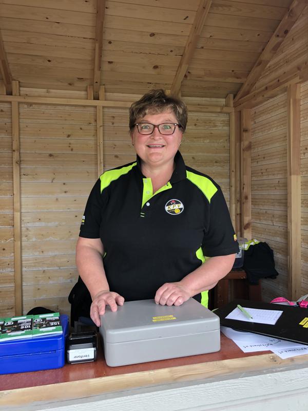 Anne Markkanen toimii KPV:n lipunmyyntivastaavana.