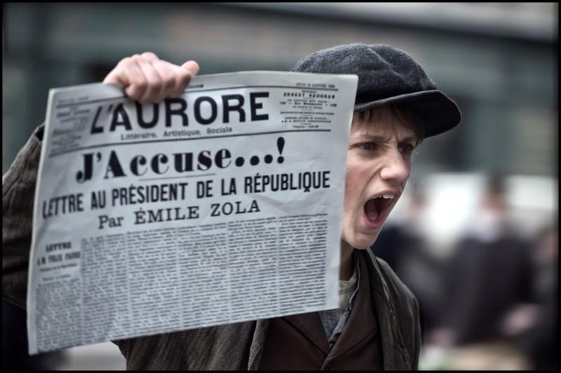 Dreyfusin puolustuspuheen julkaisi kirjailija Émile Zola avoimena kirjeenä sanomalehden etusivulla vuonna 1898. Rafaël de Ferran kauppaa uutisia