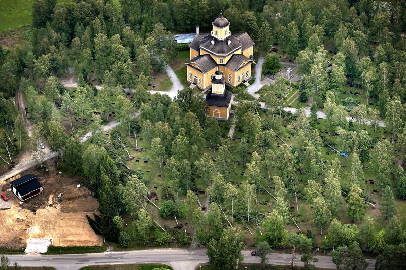 Syöksyvirtauksen jäljiltä Kaustisen hautausmaalta hävisi noin 100 puuta. Asta-myrsky kaatoi 16 lisää.