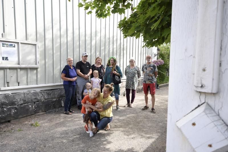 Titta Rokala, Janne, Tanja, Fanni ja Sanni Pettersson, Jaana Stenman, Kristiina Teerikangas, Pepe Rokala sekä Heidi Nyblom Kuorikoski ja Vincent (edessä) kutsuvat kaupunkilaisia tutustumaan vanhankaupungin pihoihin.