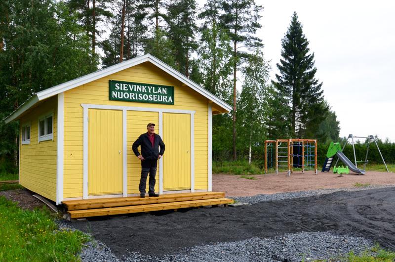 Nuorisoseuran talkoopäällikkö ja entinen puheenjohtaja Hannu Petäjistö on tyytyväinen urheilukenttähankkeen valmistumisesta.