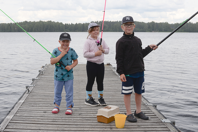Toivo (vas.), Helmi (kesk.) ja Onni Rajala ovat kalastaneet ahkerasti heinäkuussa.