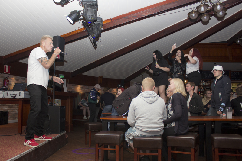 Osa yleisöstä intoutui tanssimaan pöydillä keikan aikana.