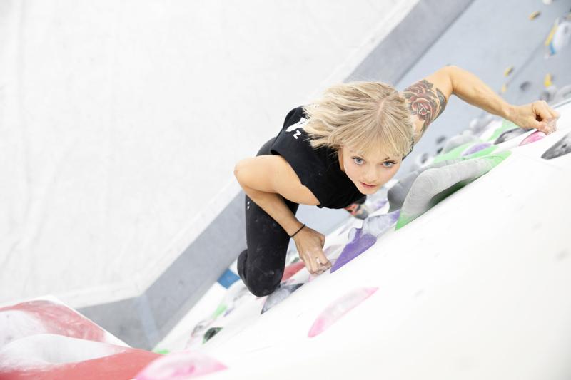 Anna Liina Laitinen boulderoimassa eli kiipeämässä ilman köyttä. Boulder-reitti on yhdenvärisistä palikoista eli otteista rakennettu kokonaisuus, joka kiivetään lähtöotteesta loppuun. Vaikeusasteeseen vaikuttavat seinäprofiilin jyrkkyys, otteiden muoto ja välimatka otteiden välillä.