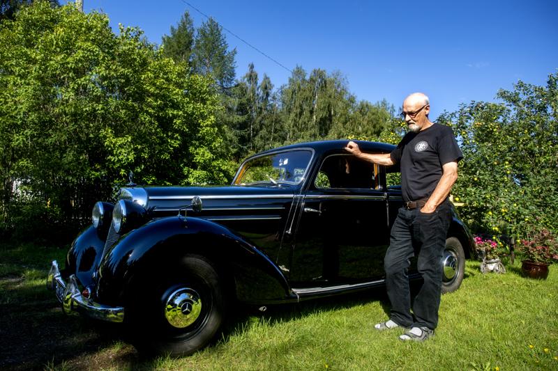 Eero Oravalta kului vuoden 1951 Mercedes-Benzin entisöintiin kaksikymmentä vuotta.