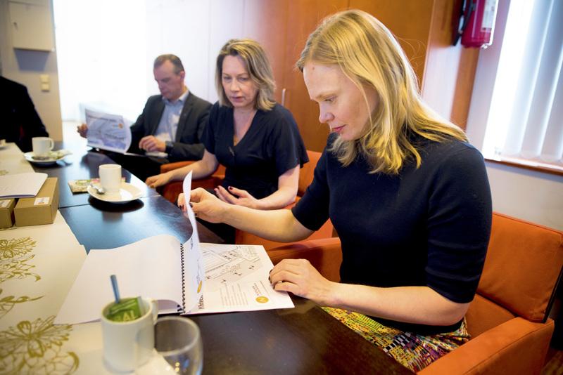 Kirjoittaja kiittelee ministeri Hanna Kososta, joka vieraili maaliskuussa myös Oulun yliopiston Kerttu Saalasti Instituutissa Nivalassa. Taustalla kansanedustaja Juha Pylväs ja Nivalan kaupunginjohtaja Päivi Karikumpu.