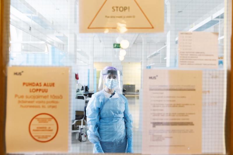Hoitajamitoituksen rahoitus sai helpotusta porrastamisesta. Rahoituksesta päätetään syksyn budjettiriihessä. Kuvassa koronahoitaja Silja Mäkinen kuvattuna HUSin kirurgisen sairaalan tiloissa. Mäkinen ei liity juttuun.