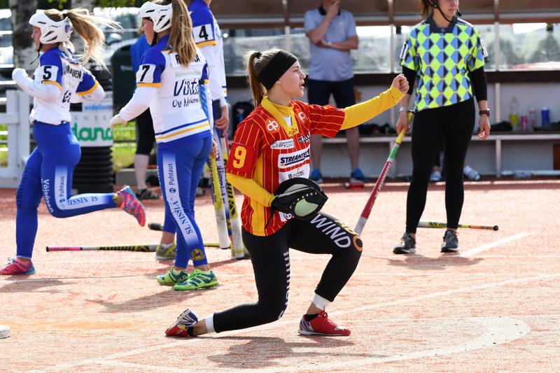 Lukkari Nina Jutila tuulettaa onnistunutta polttoheittoa kotipesässä.