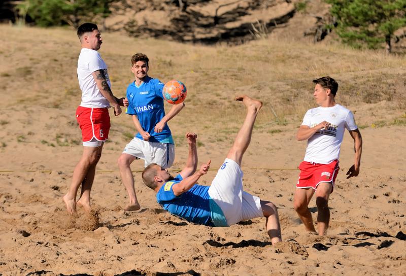 Valkopaitainen GFT Beach vei Kalajoen hiekoilla miesten kilpasarjan voiton. Sinisissä pelaava FC Baggio taipui loppuottelussa maalein 3 -1.
