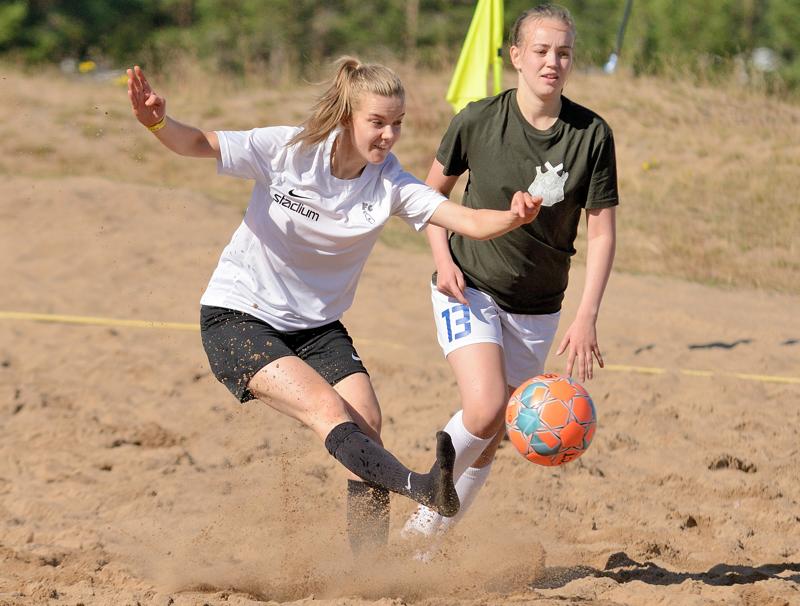 Mustissa pelaava FC Hunters vei pronssimitalit naisten kilpasarjassa. Valkopaitainen FC Pulloseura sijoittui neljänneksi.