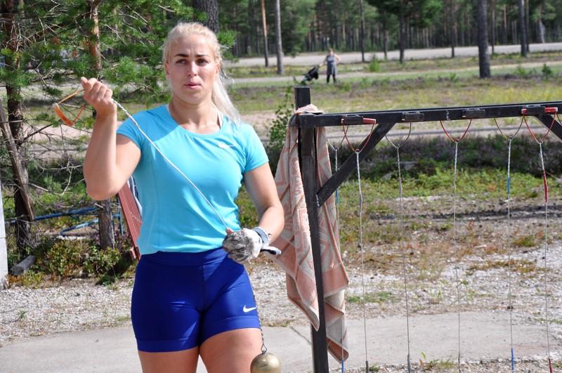 Naisten kilpailun voittaja Noormarkun Kati Ojaloo valmistautui heittoonsa Kaustisen Nikulassa.