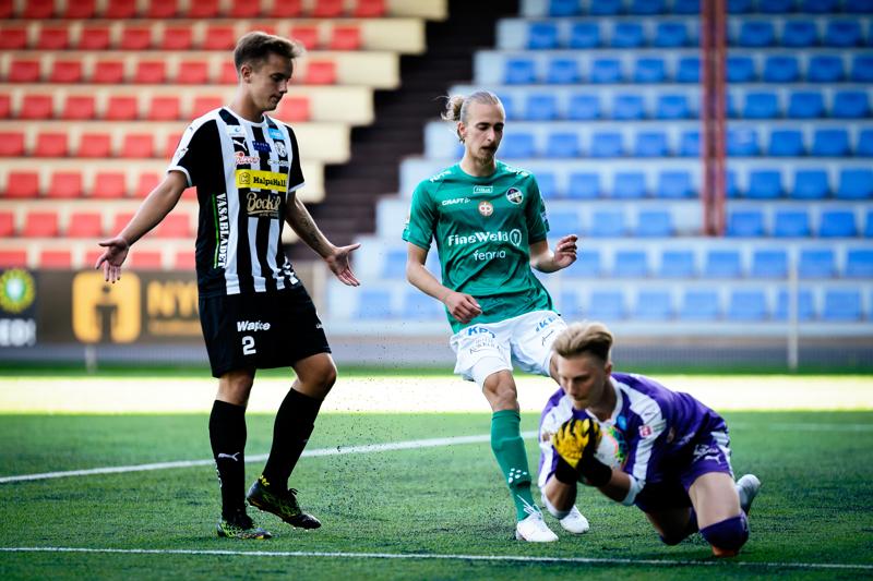 VPS:n maalivahti Rasmus Leislahti ehtii palloon ennen KPV:n Elias Ahdetta. Tilanteen varmistaa puolustaja Giuseppe Lo Giudice.